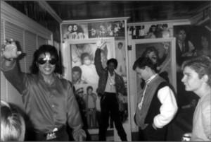 Кори смотрит, как Майкл позирует со своей восковой фигурой дома в Энсино