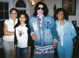 В последнюю ночь, проведенную в округе Лауден, Джексон сфотографировался матерью и дочерьми Уолтерс