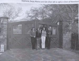 Стефани, Соня, Марина и Гитти у ворот Неверленда