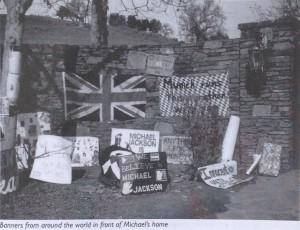 Плакаты со всего мира у дома Майкла