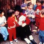 Майкл играет с детьми
