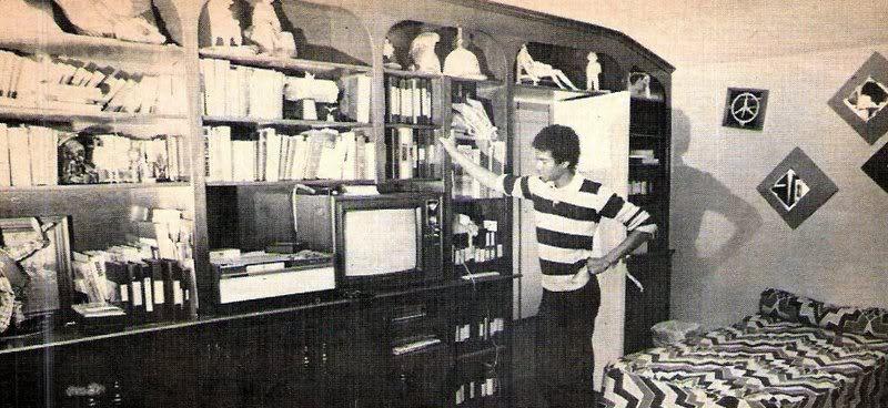 Майкл в своей комнате в Энсино