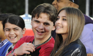 M_Id_413585_Prince_Jackson,_Paris_and_Blanket